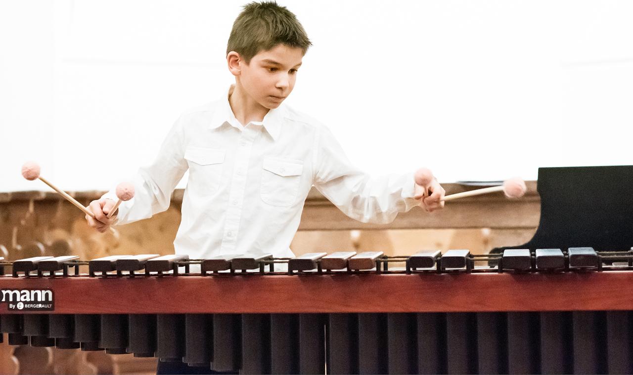 Junge Musiker spielen für unsere Kinderkrippe